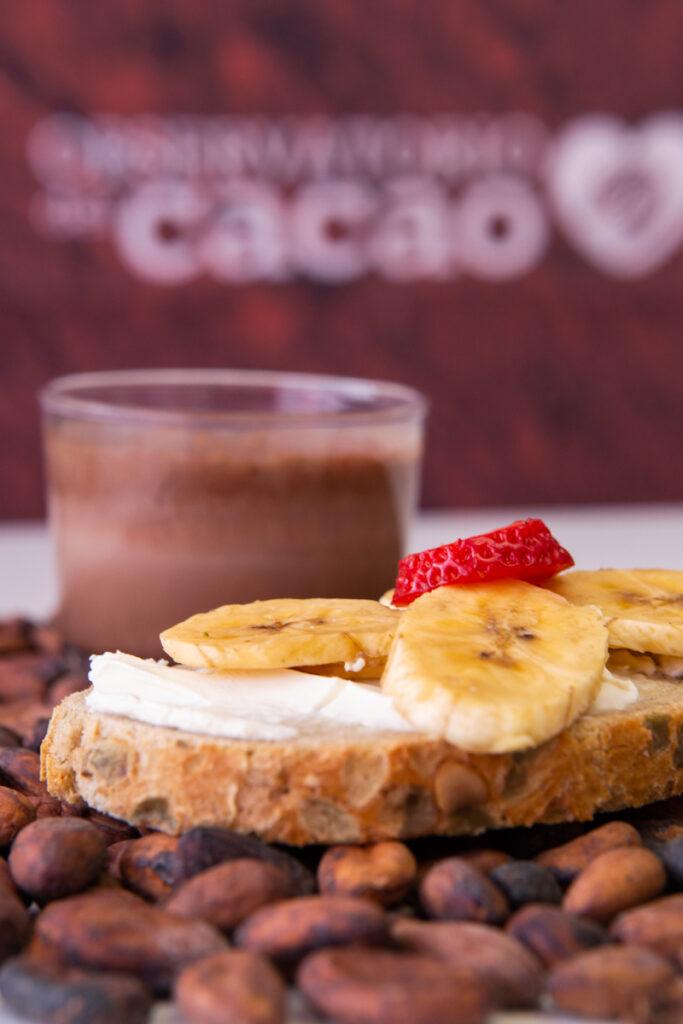 Vaso de leche con cacao natural y tostadas con fruta