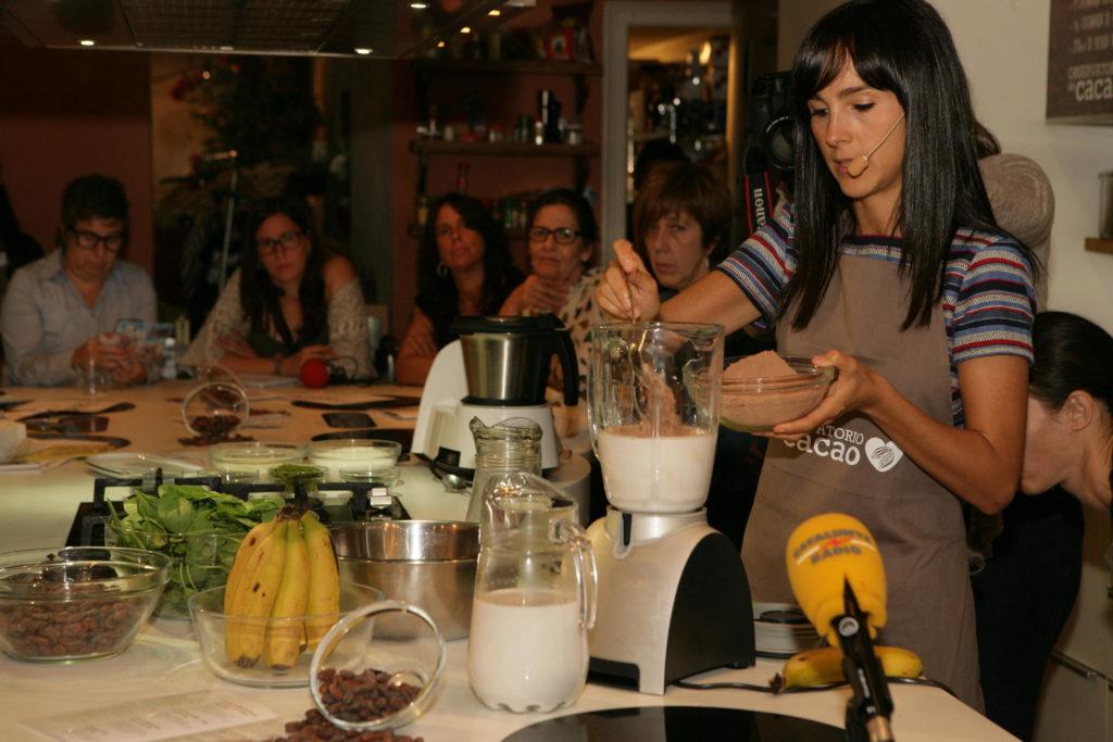 Nuria Roura preparando una receta con cacao natural
