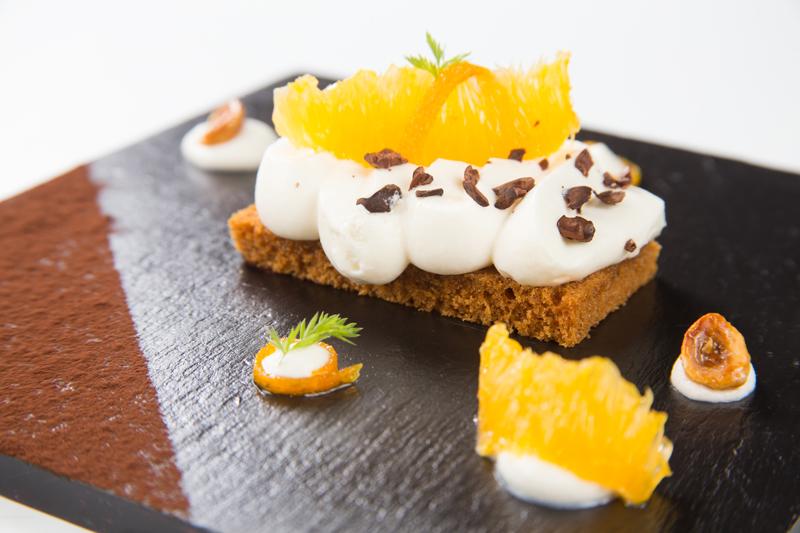 Receta de Navidad: Tostada de pan de especias con crema de queso, naranja en almíbar y nibs de cacao natural
