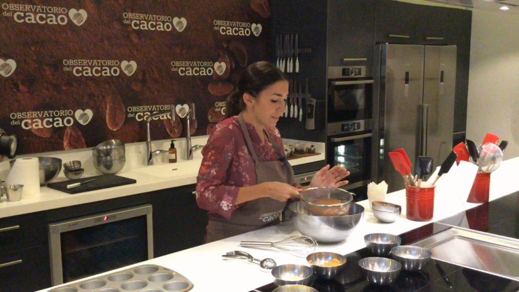 Alma Obregón tamizando la harina y el cacao natural en polvo