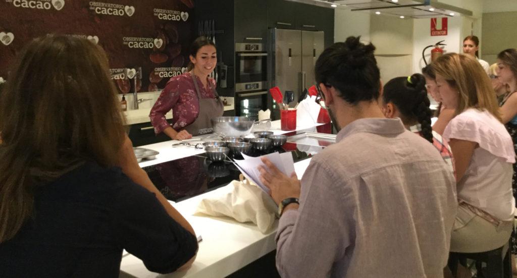 Alma Obregón preparando muffin integral con cacao natural