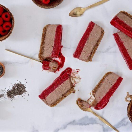 Helado vegano tricolor de cacao natural, chia y frambuesas