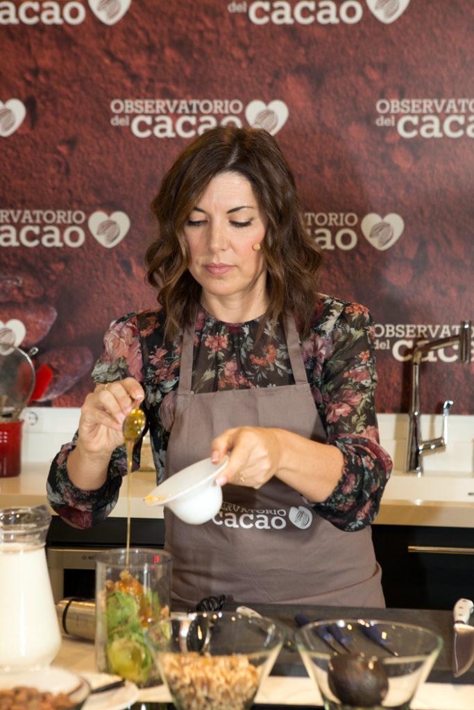 Isasaweis preparando una receta con cacao natural